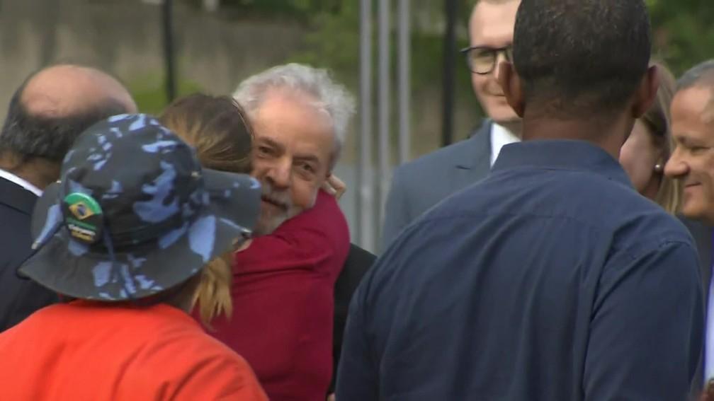Ex-presidente Lula deixa a prisão — Foto: Reprodução/TV Globo
