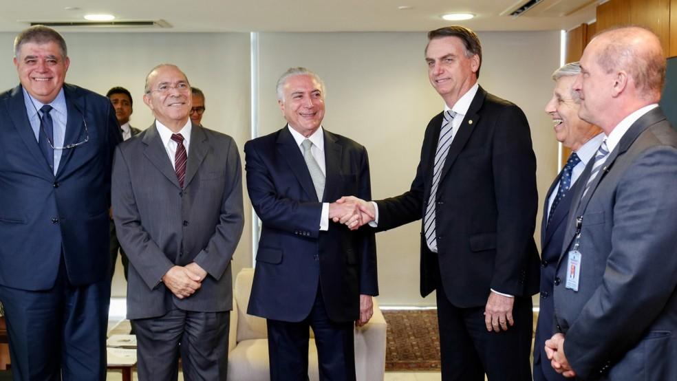O presidente Michel Temer ao cumprimentar o presidente eleito Jair Bolsonaro, durante encontro no Palácio do Planalto — Foto: Alan Santos/PR