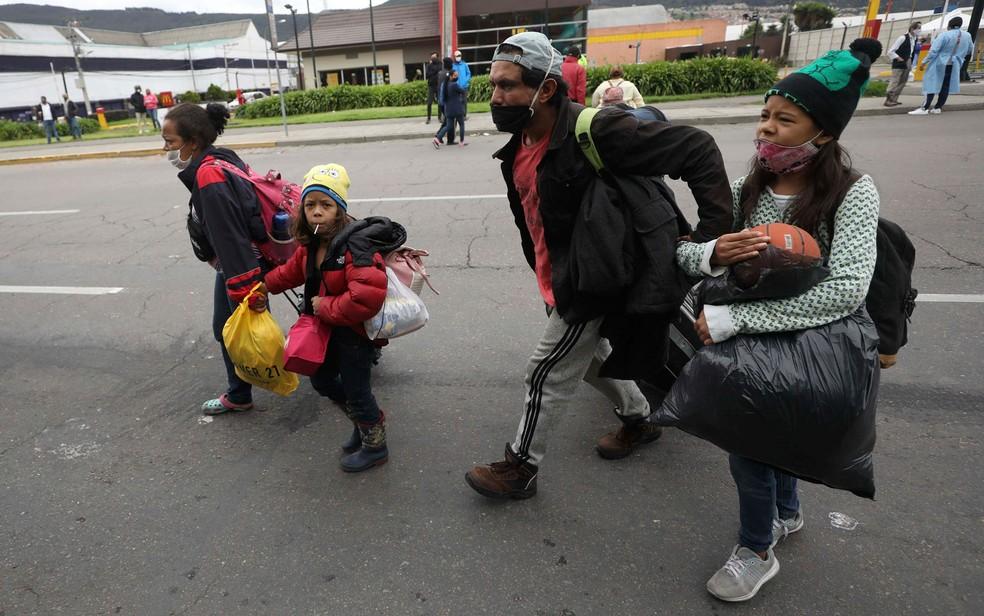 Migrantes venezuelanos chegam a acampamento perto de terminal de ônibus em Bogotá, na Colômbia, onde outros migrantes esperam conseguir ajuda para voltar para casa, em foto de 8 de junho — Foto: Fernando Vergara / AP Photo
