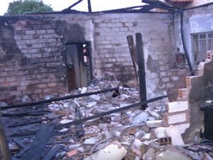 Casa ficou bastante destruída (Foto: Reprodução/TV Tapajós)