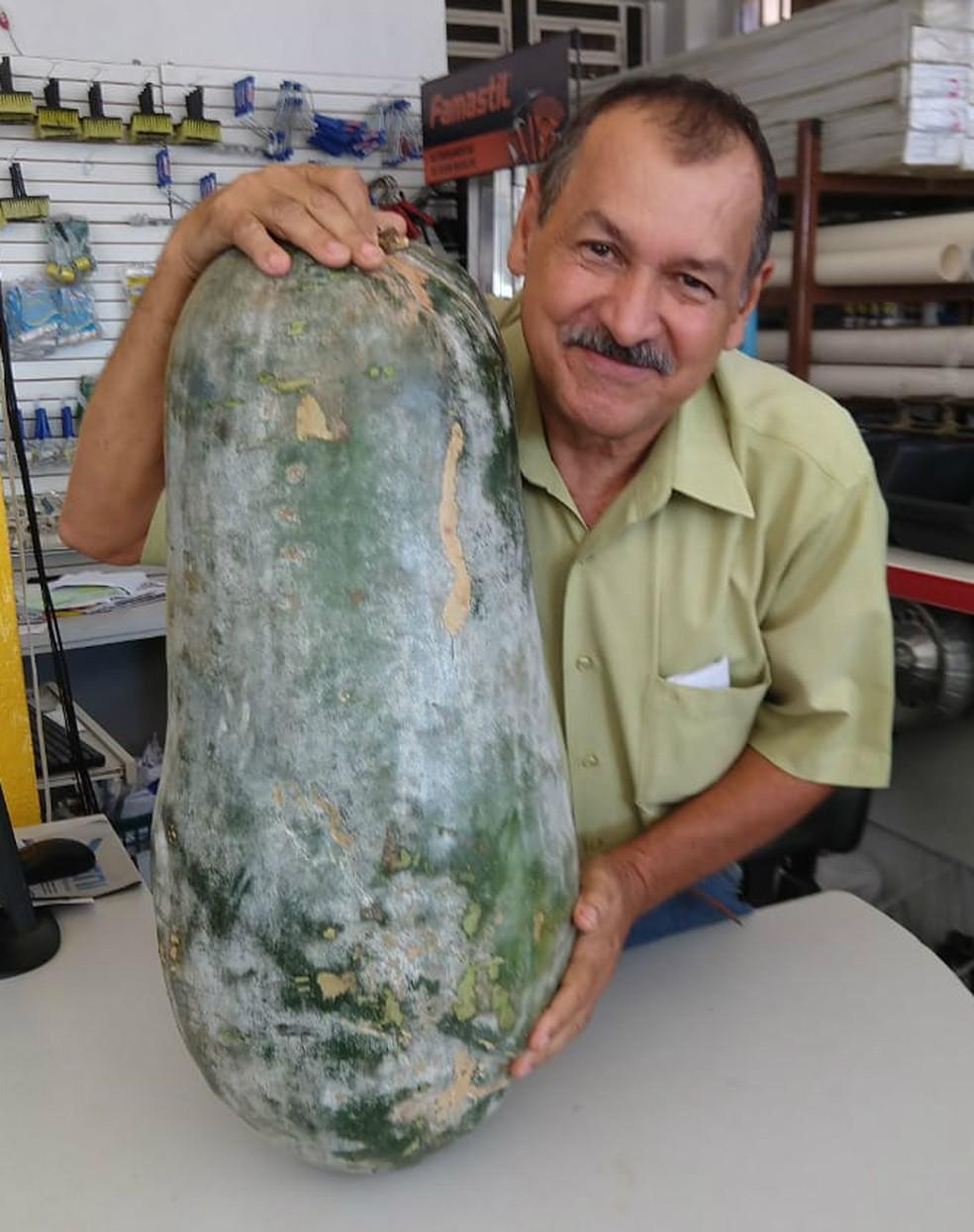 O empresário Chico Neto exibe orgulhoso o pepino de 41 kg e 73 centímetros que produziu no sítio em Santa Tereza do Oeste (Foto: Arquivo Pessoal)