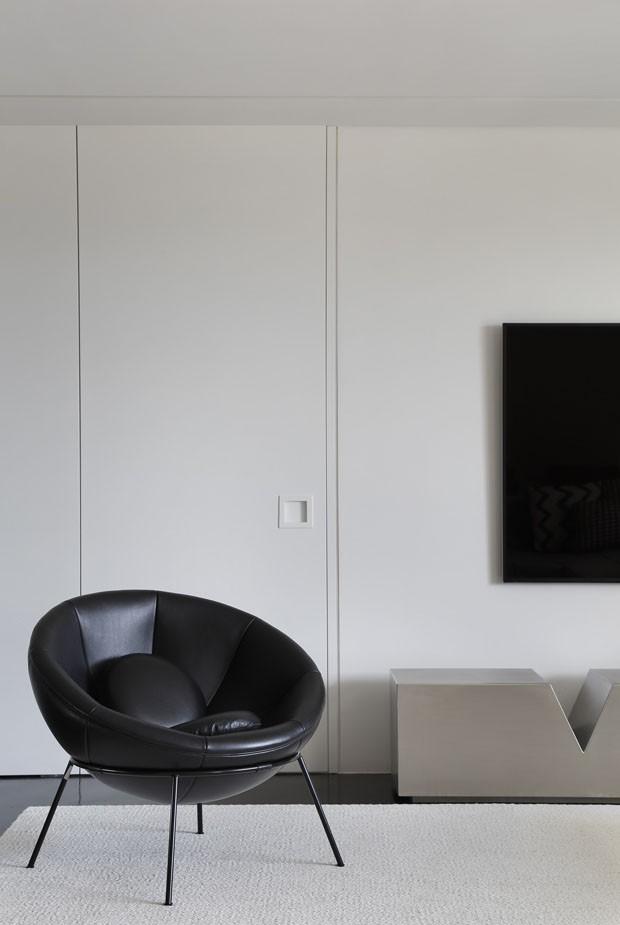 Estante em forma de U define layout de apartamento duplo em São Paulo (Foto: MCA Estúdio)