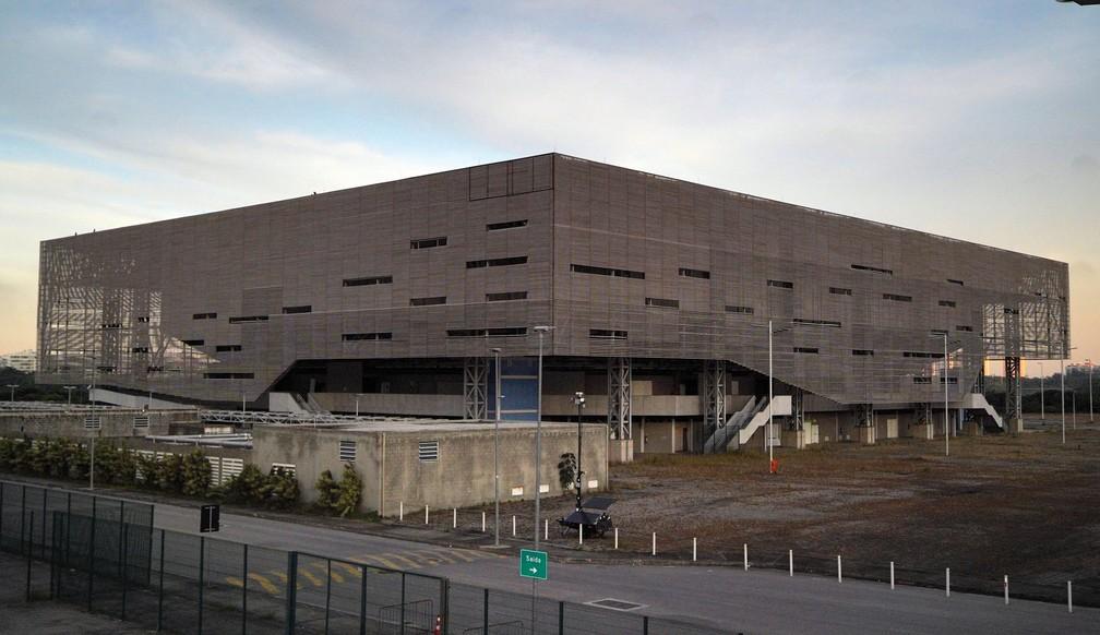 A Arena do Futuro, que seria transformada em 4 escolas, segue montada e se deteriorando — Foto: Marcos Serra Lima/G1