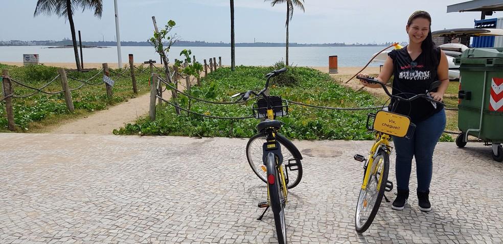 A estudante de psicologia Débora Lima utilizando bicicleta compartilhada em Vitória (ES) — Foto: Luiza Marcondes/G1