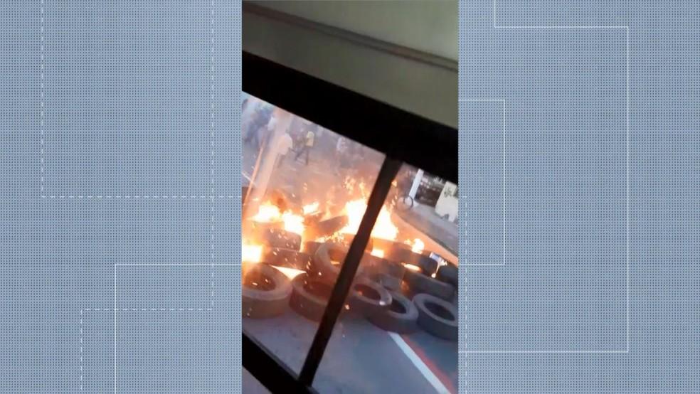 VITÓRIA, 7h30: Passageiros ficaram presos dentro de ônibus ao lado de pneus em chamas — Foto: Reprodução/TV Gazeta