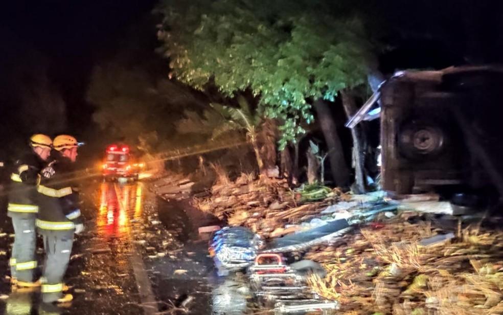 Mulher morre após ambulância sair da pista e bater contra árvore, em Goianésia — Foto: Corpo de Bombeiros/Divulgação