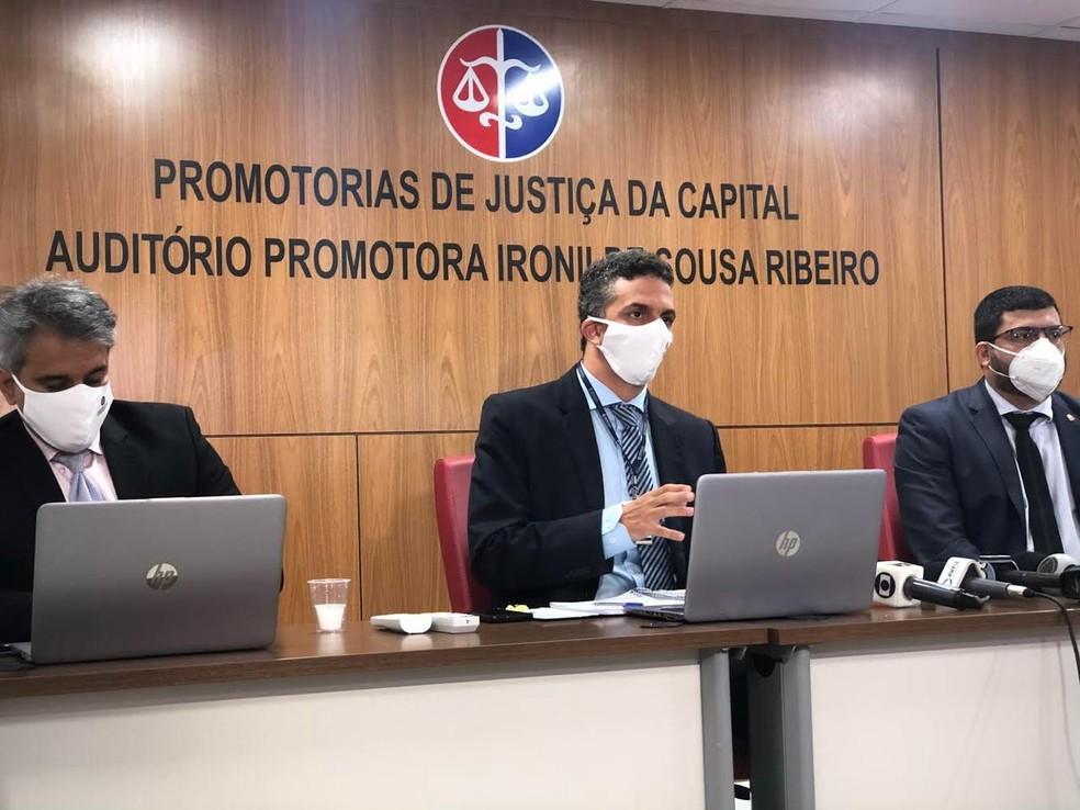 Os promotores de Justiça Reinaldo Campos, Frederico Bianchini e Igor Adriano Trinta (da esquerda para a direita) acompanham o caso. — Foto: Adriano Soares/Grupo Mirante