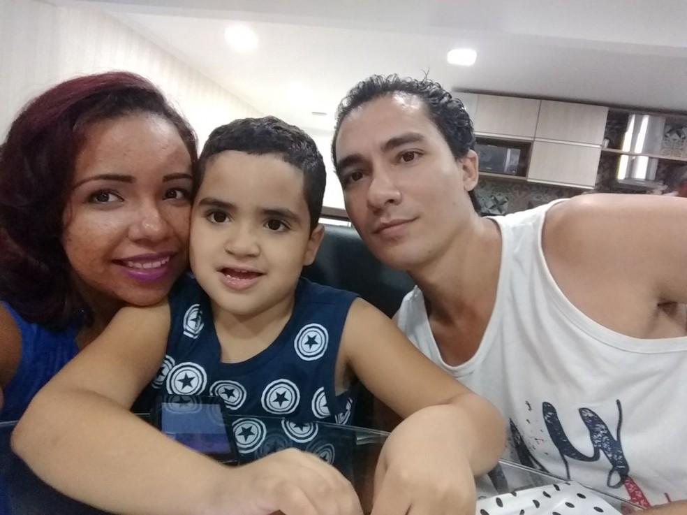 João Lucas dedica os domingos à mulher e ao filho: única 'folga' no tempo de dedicação ao projeto R&B — Foto: Arquivo Pessoal
