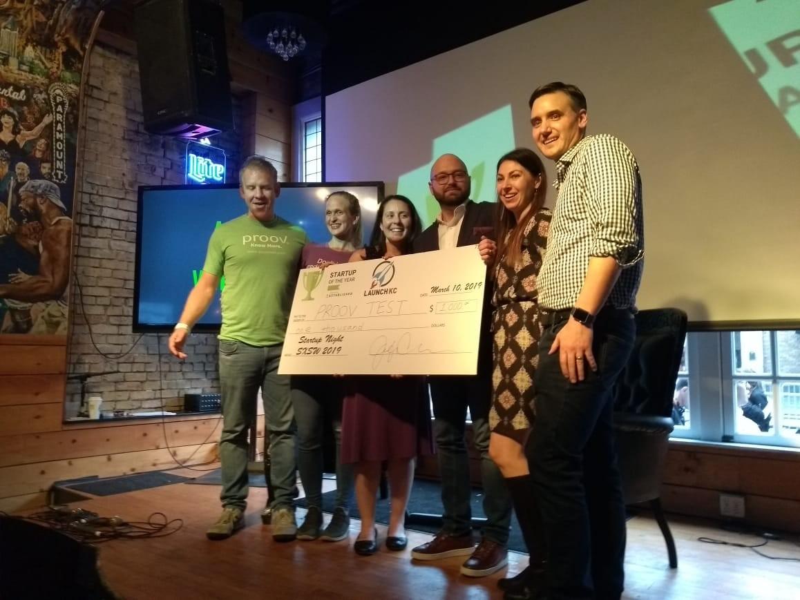 Equipe da Proov Test recebe prêmio de startup do ano no SXSW 2019 (Foto: época negócios)