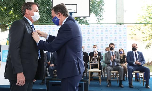 Bolsonaro na inauguração da Escola Cívico Militar ao lado do ex-prefeito do Rio Marcelo Crivella