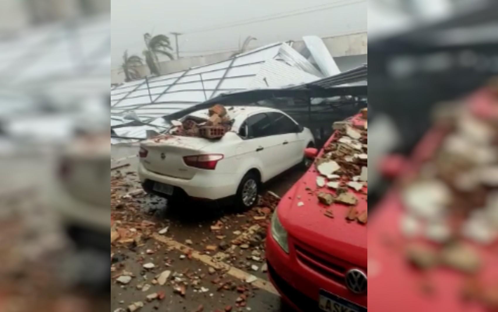Teto de batalhão da PM desaba e água invade hospital durante temporal, em Luziânia