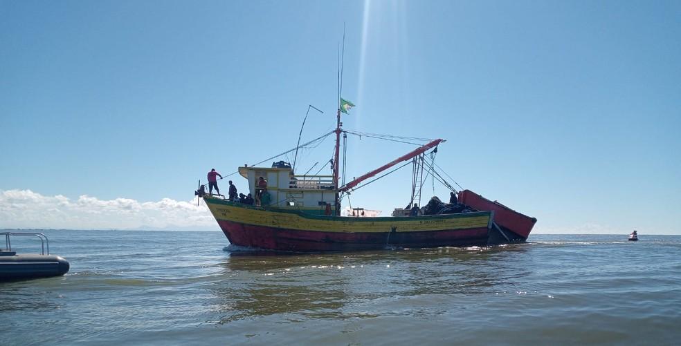 Irmãos pescadores trabalhavam juntos em uma traineira em Atafona, São João da Barra, no RJ — Foto: Divulgação/Defesa Civil