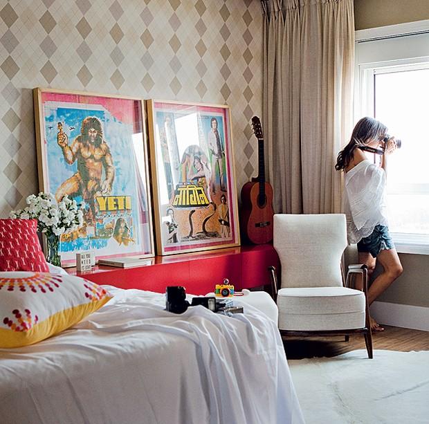 """""""Amei essa brincadeira do clássico, como o papel de parede, meio Burberry, com o moderno"""", afirma a moradora Alessandra Pinheiro. A dica de misturar retrô e atual vale para qualquer ambiente. Projeto do arquiteto Mauricio Arruda (Foto: Edu Castello/Casa e Jardim)"""