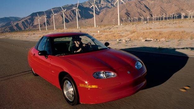 O carro elétrico EV1 só funcionava em climas quentes (Foto: Getty Images via BBC News)