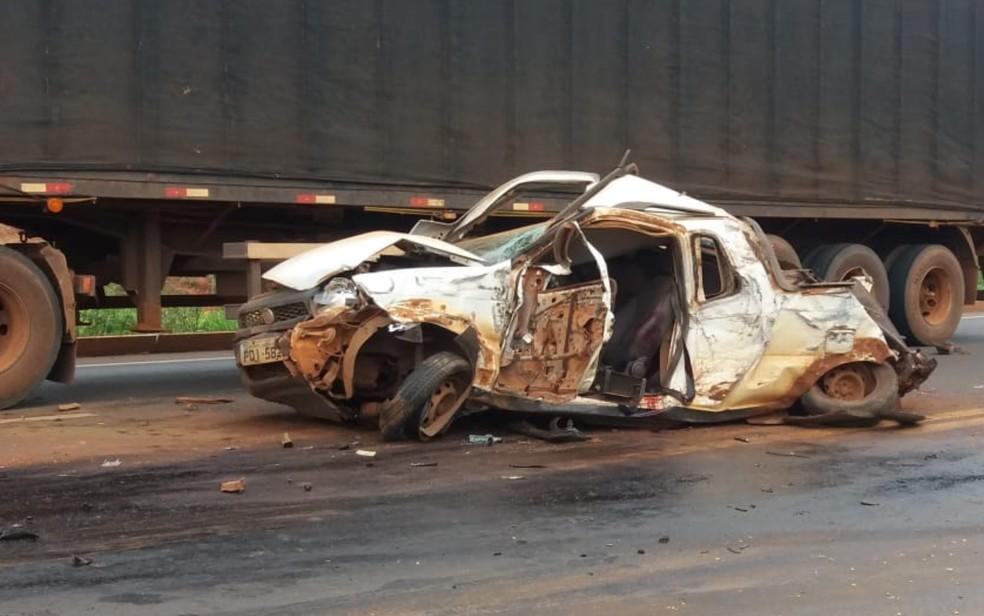 Carro ficou destruído após acidente na GO-174, em Rio Verde — Foto: Reprodução/TV Anhanguera