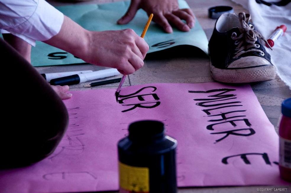 Mulher faz cartaz para marcha do movimento feminista em Florianópolis (Foto: Marcha das Vagabundas Florianópolis/Divulgação)