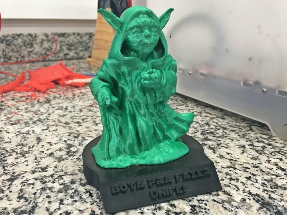 Prêmio, impresso em 3D, foi dado ao grupo Ex-Machina por projetos na universidade — Foto: Fernanda Rodrigues/G1