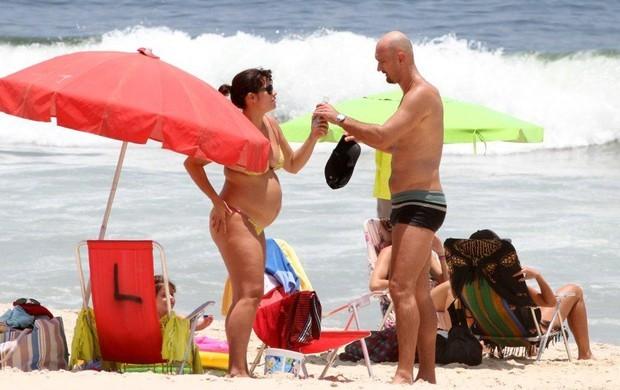 Amandha Lee e Nalbert na praia do Leblon em dezembro de 2012, quando ela estava grávida de Vitor (Foto: André Freitas/AgNews)