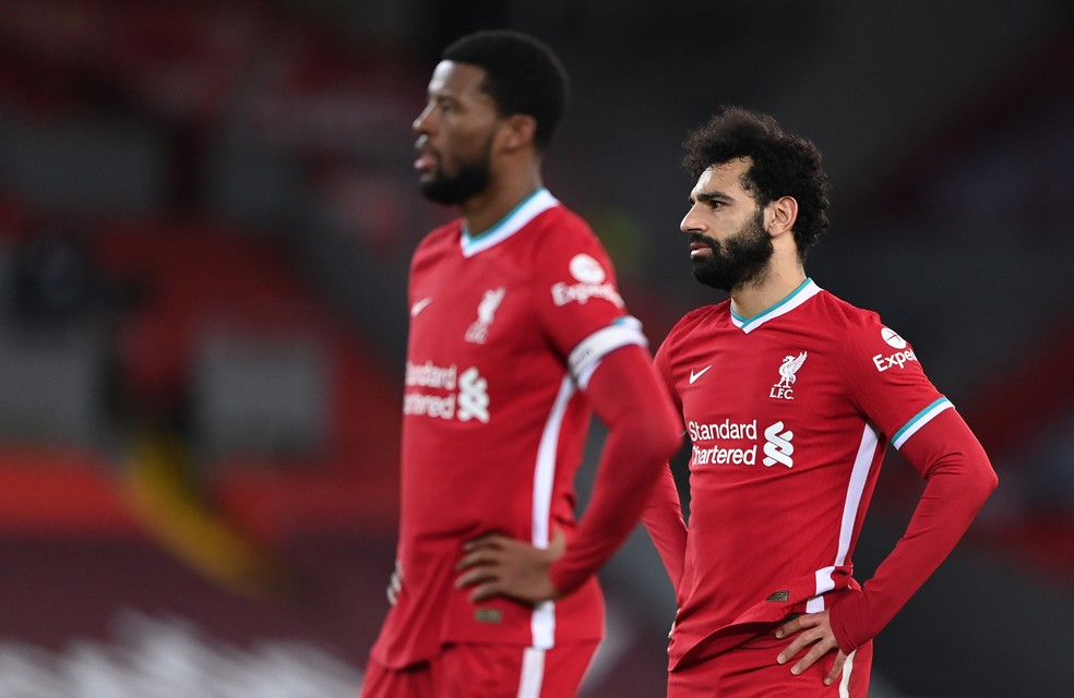 Wijnaldum e Salah atônitos durante a derrota do Liverpool para o Everton — Foto: Getty Images