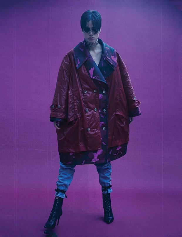 Casaco, R$ 5.300, e capa,  R$ 2.300, ambos À La Garçonne; calça, R$ 798,  Bo.Bô. Choker, R$ 56, Forever 21; botas,  R$ 560, Schutz   (Foto: .)