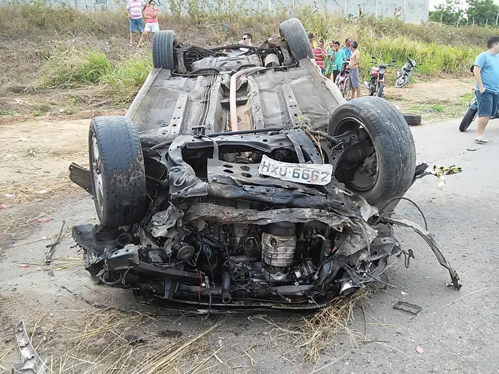 Cinco pessoas ficaram feridas na colisão frontal entre dois veículos (Foto: PRF/Divulgação)