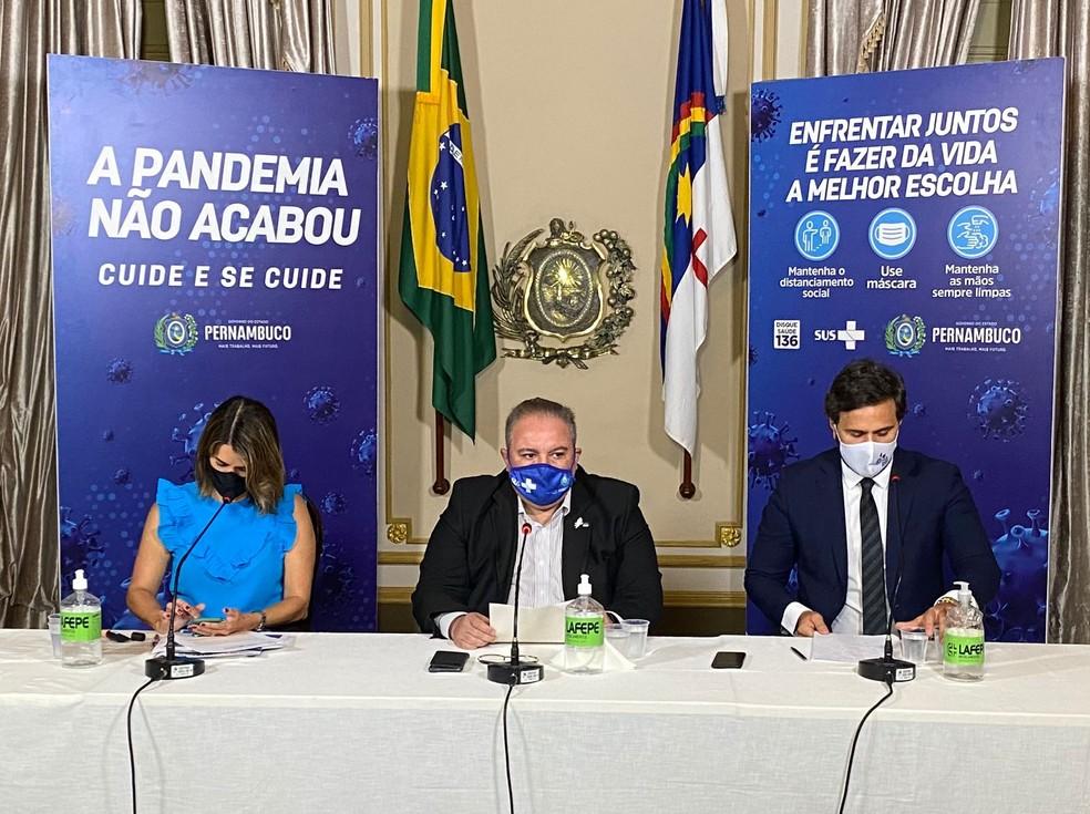 Ana Paula Vilaça, André Longo e Rodrigo Novas explicaram mudanças e avanços no plano de convivência com a Covid-19 em Pernambuco — Foto: Pedro Alves/G1