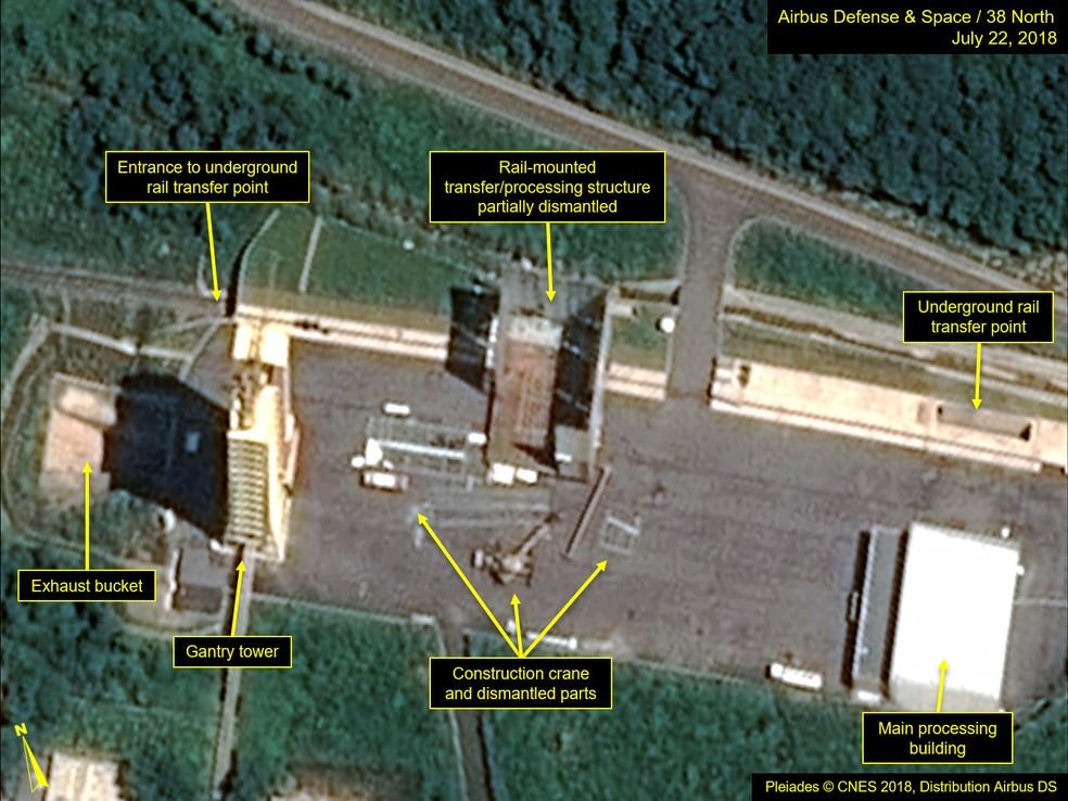 Imagens de satélite datadas de 22 de julho mostram o aparente desmanche de instalações na estação de lançamento de satélites Sohae, na Coreia do Norte (Foto: Handout/Pléiades © Cnes 2018, Distribution Airbus DS/AFP)