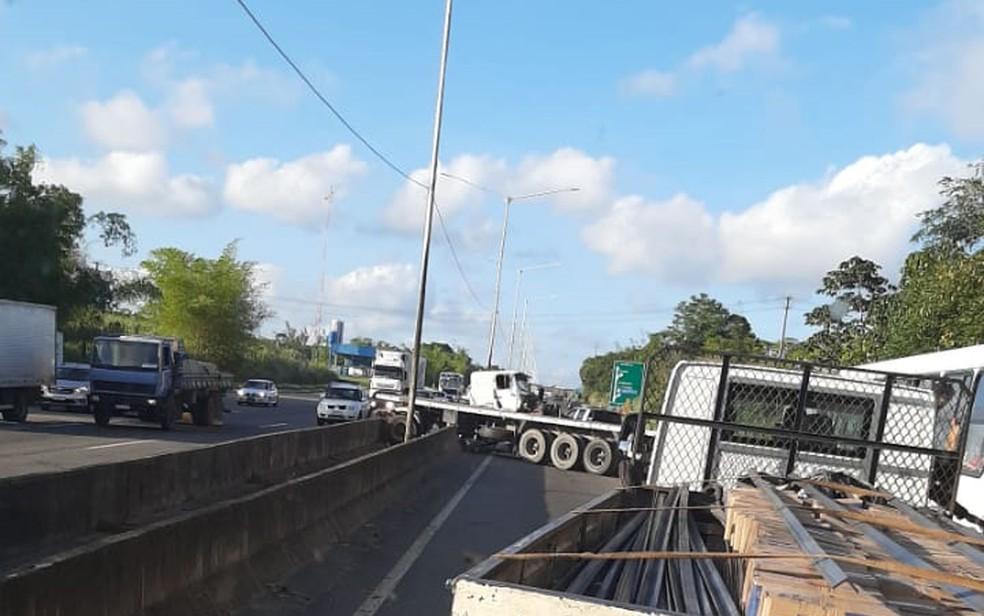 Acidente deixa trânsito lento na BR-324, no trecho de Simões Filho  — Foto: Redes Sociais