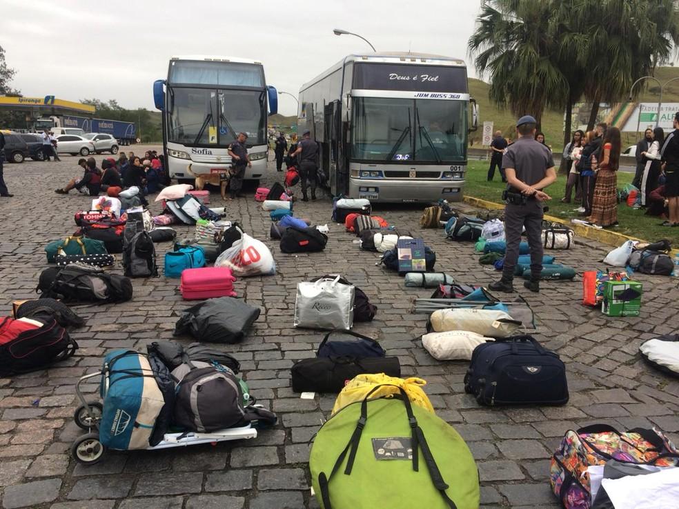 Ônibus que levavam jovens para rave em Lagoinha (SP) foram abordados pela guarda; drogas foram apreendidas com passageiros — Foto: Peterson Grecco/ TV Vanguarda