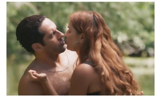 Deborah Secco diz que usou diferentes artifícios para cenas de beijo em 'Salve-se quem puder': 'Beijei bolinha de tênis, acrílico e até vento' (Foto: Reprodução)