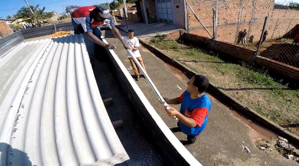 Total de telhas já doadas deve ser suficiente para cobrir as casas atingidas (Foto: Reprodução / TV TEM)
