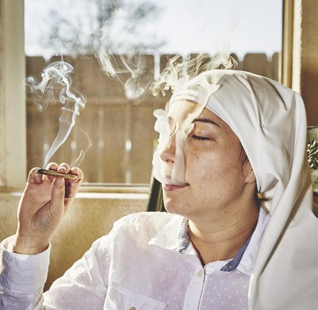 Irmã Darcy na sala da casa onde vive em Merced, na Califórnia (Foto: Reprodução Instagram)