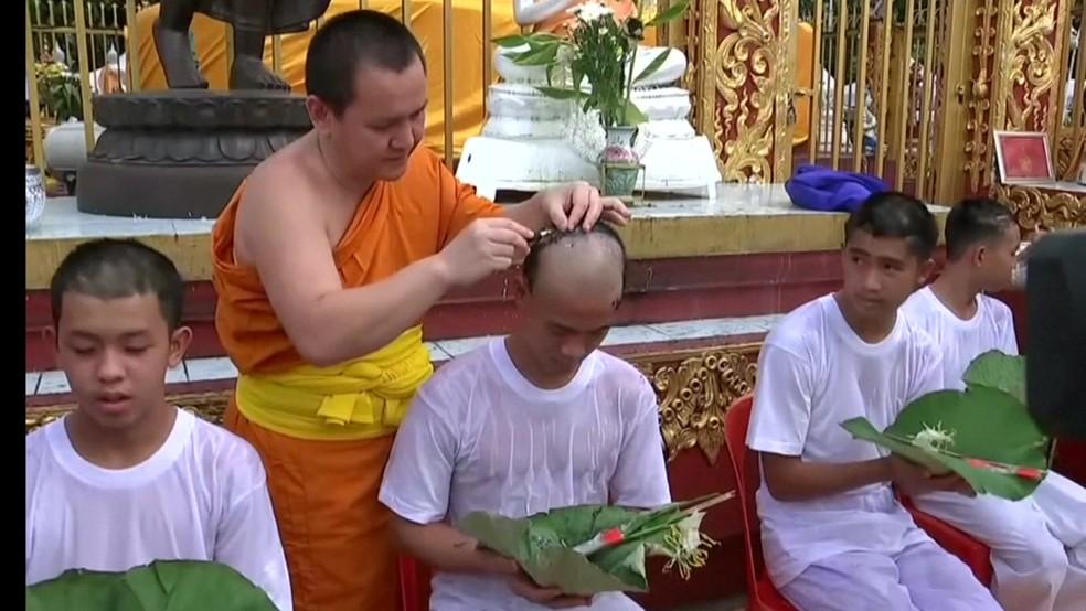 Garotos tailandeses têm cabeça raspada em cerimônia busdita (Foto: BBC)