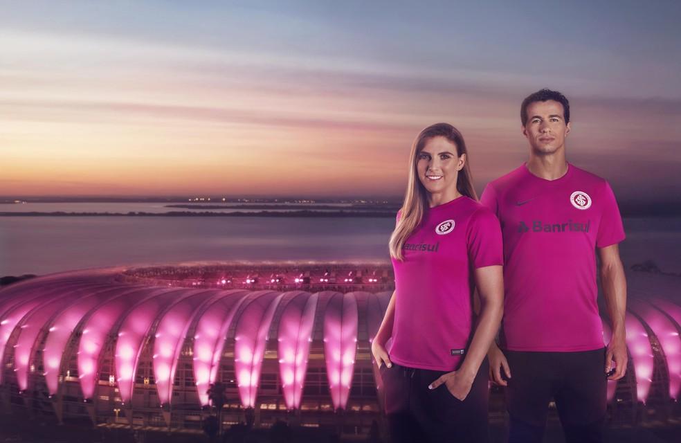 5f1c0d73a0 ... Volante Gabi Luizalli e Leandro Damião vestiram a camisa rosa do Inter  — Foto  Divulgação