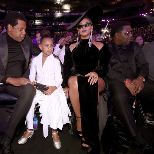 Blue Ivy entre Beyoncé e Jay-Z na plateia do Grammy Awards 2018 (Foto: Getty Images)
