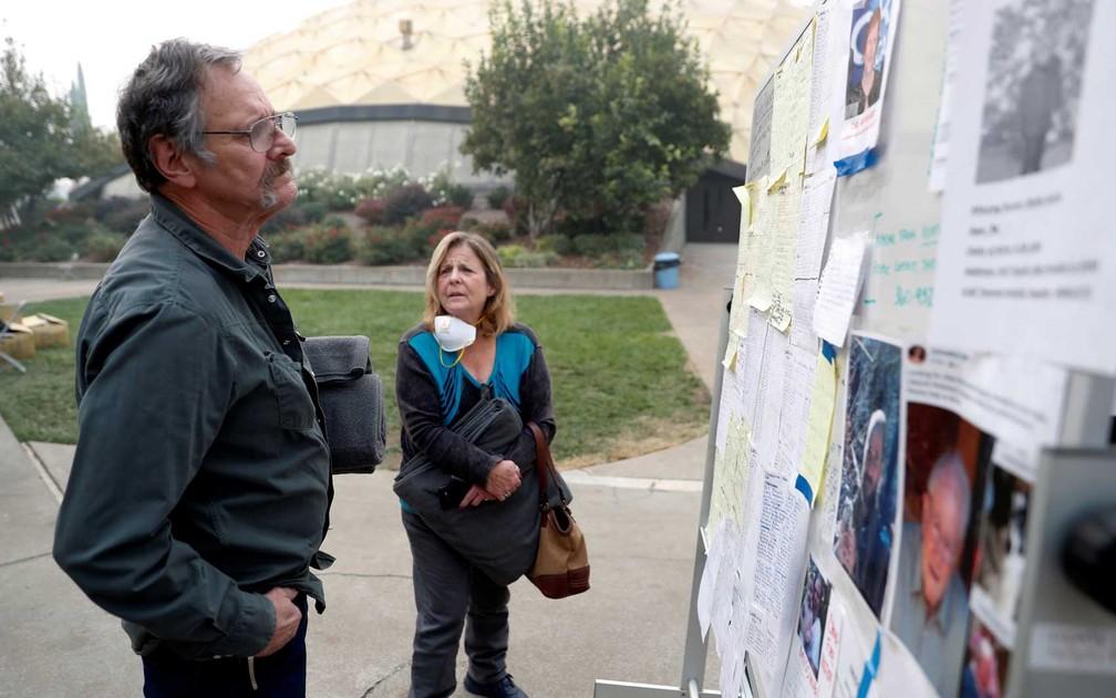 Lane e Julie Walker observam lista de desaparecidos em Chico, na Califórnia — Foto: Terray Sylvester / Reuters