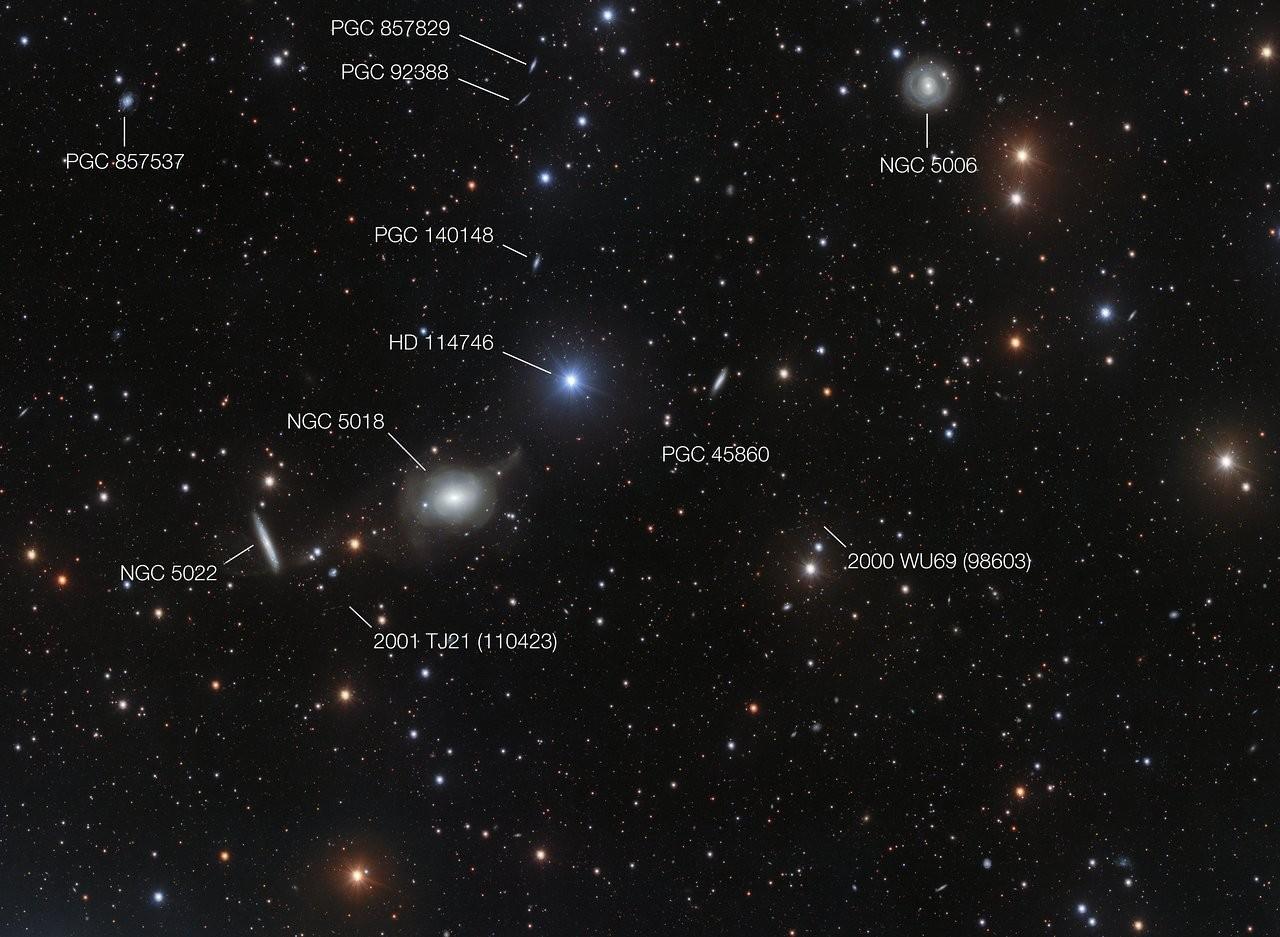 A imagem traz comentários dos astros e objetos espaciais que  circundam a galáxia elíptica NGC 5018 (Foto: Divulgação/ ESO)