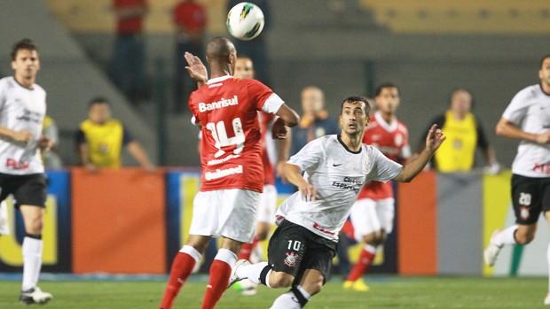 Douglas e Fabricio, Corinthians e Internacional (Foto: José Patrício / Agência Estado)