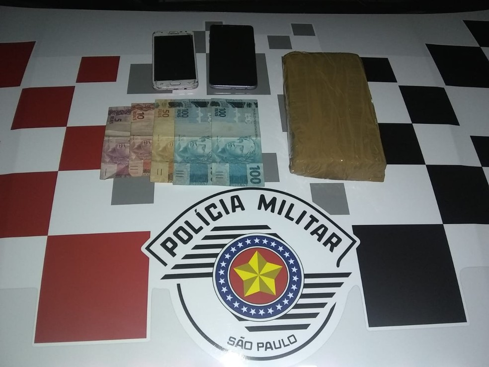 Foram apreendidas duas motocicletas, droga e quantia em dinheiro — Foto: Polícia Militar / Divulgação