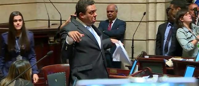 O vereador Otoni de Paula (PSC) na sessão que salvou Crivella
