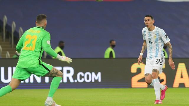 Di Maria toca por cima de Ederson e marca para a Argentina contra o Brasil