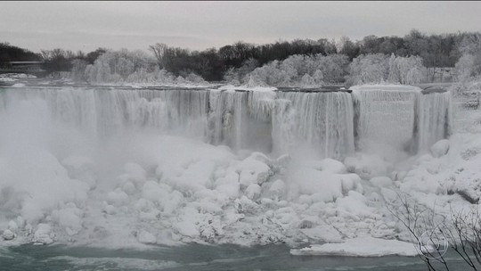 Frio extremo congela parte das Cataratas do Niagara