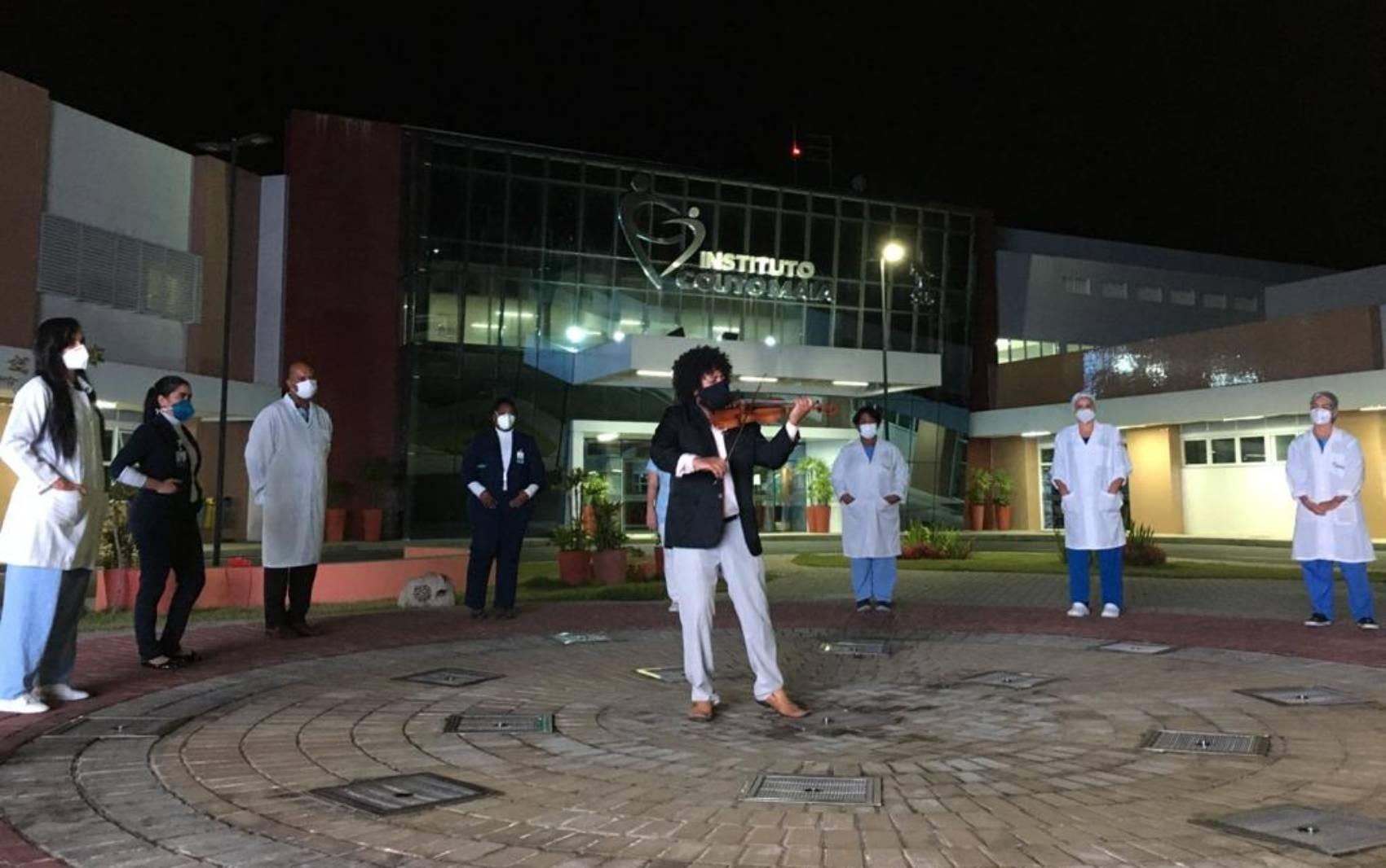 Violinista da Osba faz homenagem aos profissionais de saúde em frente a hospital de Salvador; veja vídeo