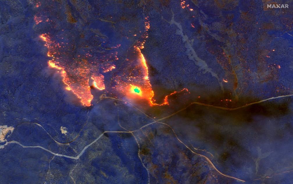 4 de janeiro - Imagem de satélite mostra incêndios florestais queimando a leste de Obrost, na Austrália — Foto: 2020 Maxar Technologies/Divulgação via Reuters