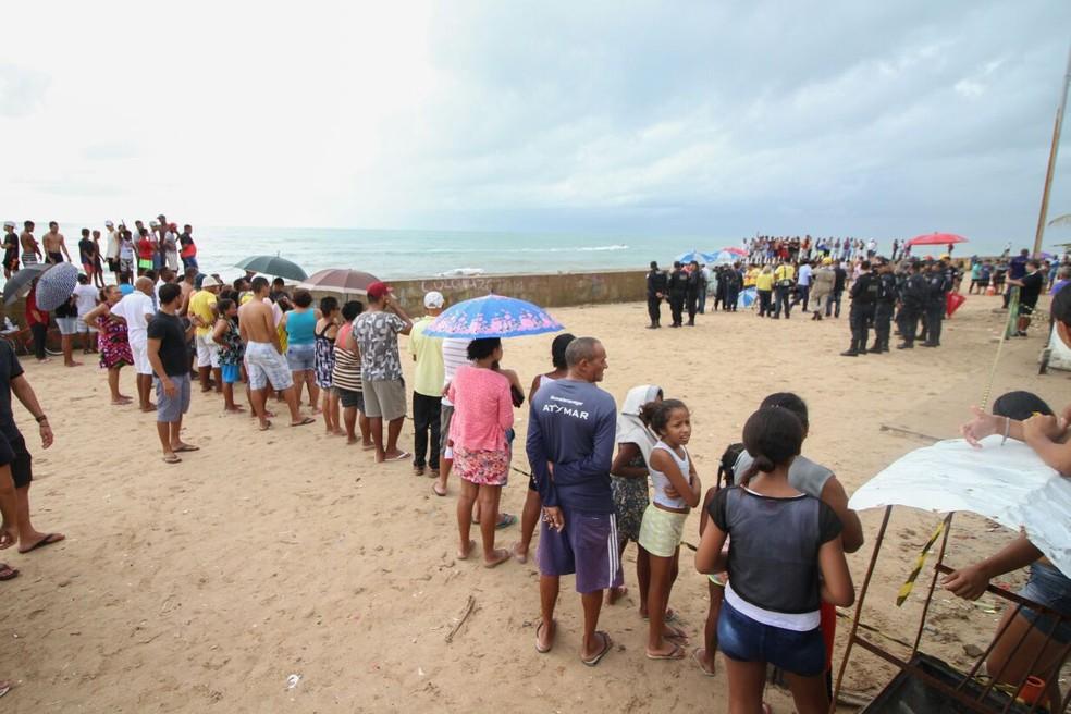 Cena do acidente chamou atenção da população, que se aglomerou no local onde o Globocop caiu (Foto: Marlon Costa/Pernambuco Press)