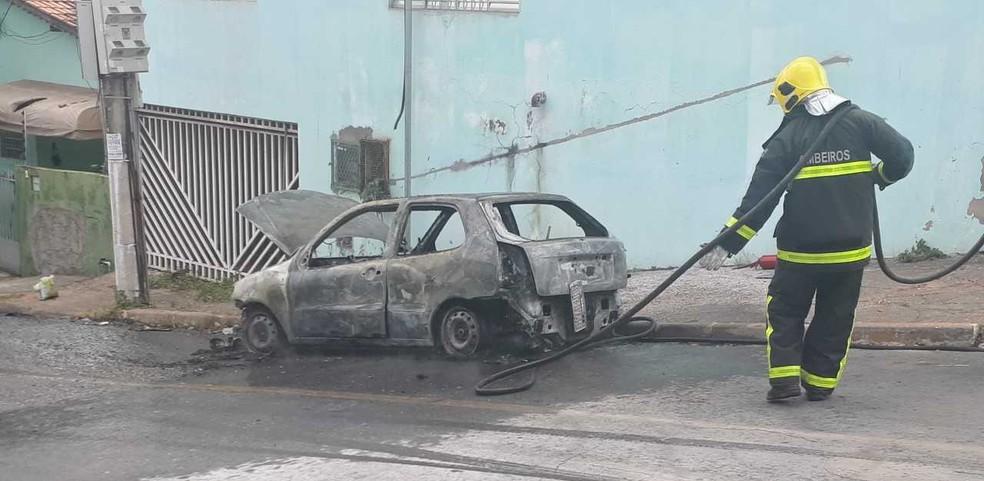 Bombeiros levaram 20 minutos para apagar o incêndio na capital (Foto: Amanda Teodoro/G1)