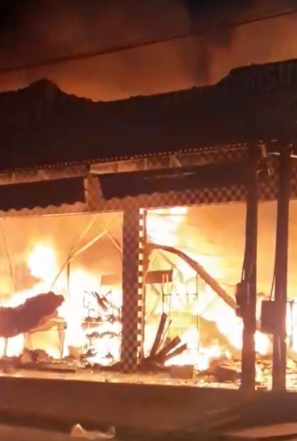 Loja fica totalmente destruída após pegar fogo em Buriti