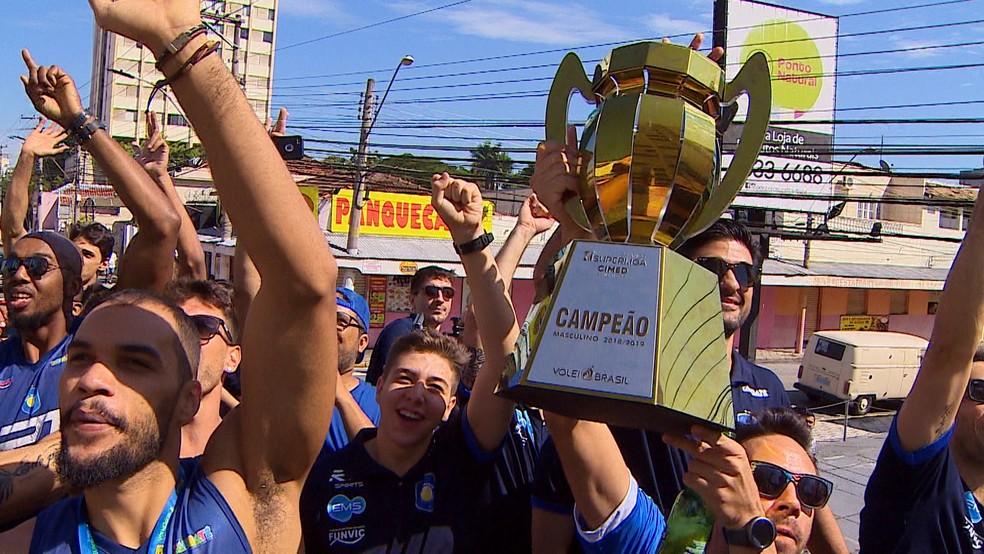 Vôlei Taubaté desfila em carro aberto para comemorar a conquista da Superliga — Foto: Luiz Big/TV Vanguarda