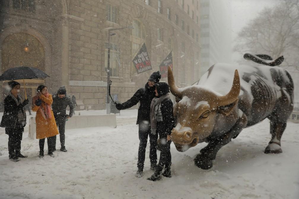 Turistas tiram selfie em meio a neve nesta quinta-feira (4) em Nova York (Foto: Lucas Jackson/ Reuters)
