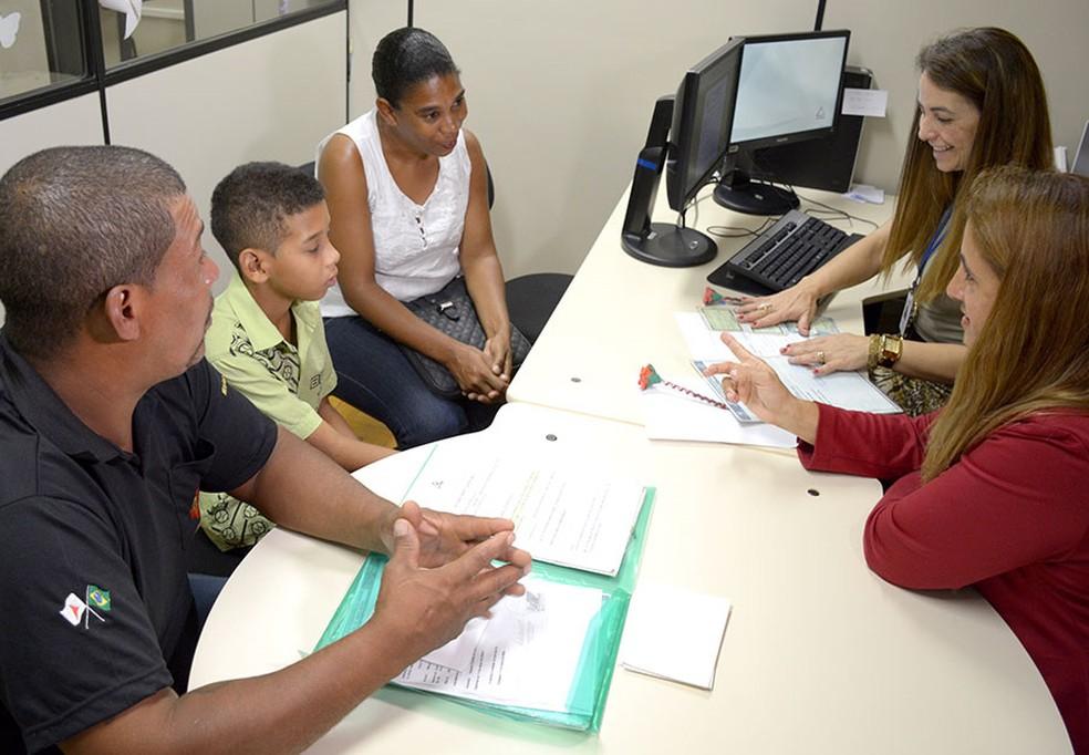 Leandro dos Santos Leite, o filho e a mulher participam de audiência para reconhecimento no TJMG. (Foto: Renata Caldeira/TJMG/Divulgação)